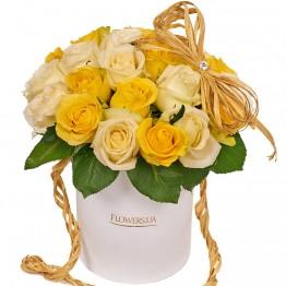 19 троянд в коробочці