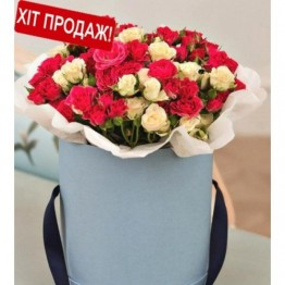 25 гілок кущових троянд в коробочці.