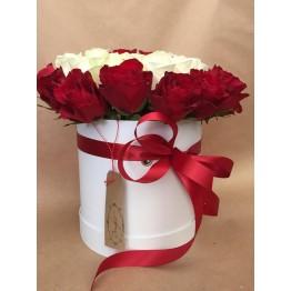 35 троянд в коробці