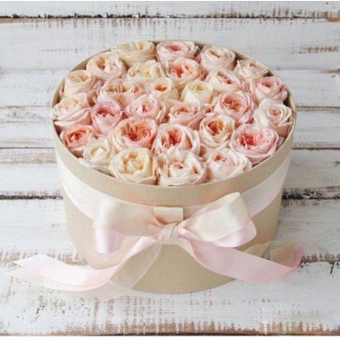 29 троянд в коробці