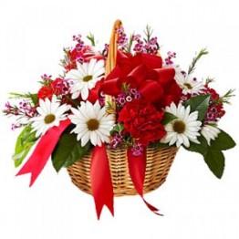 Кошик з хризантемами та трояндами